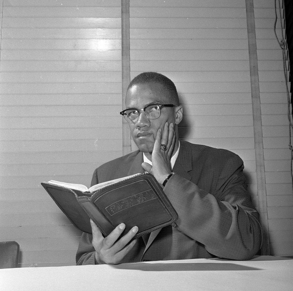 مالكوم إكس وهو يقرأ