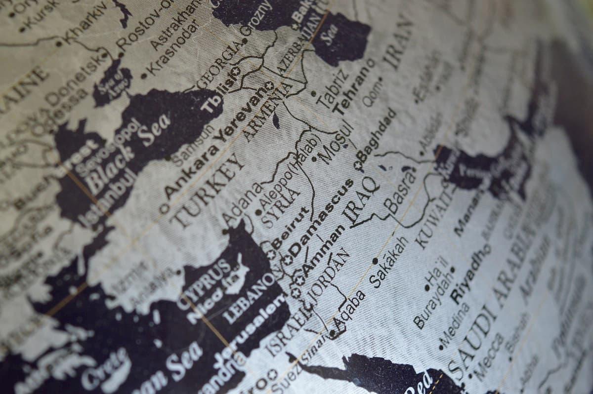 الإباضية والجيوبولوتيك: عُمان ومانفيستو الوقوف على الحياد
