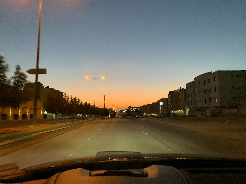 لماذا تصمم شوارع الرياض كمضمار سباق السيارات؟